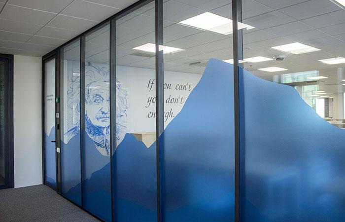 In decal dán kính tạo sự riêng tư, kín đáo cho văn phòng làm việc