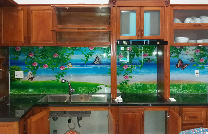 In uv trên kính trang trí cho nhà bếp