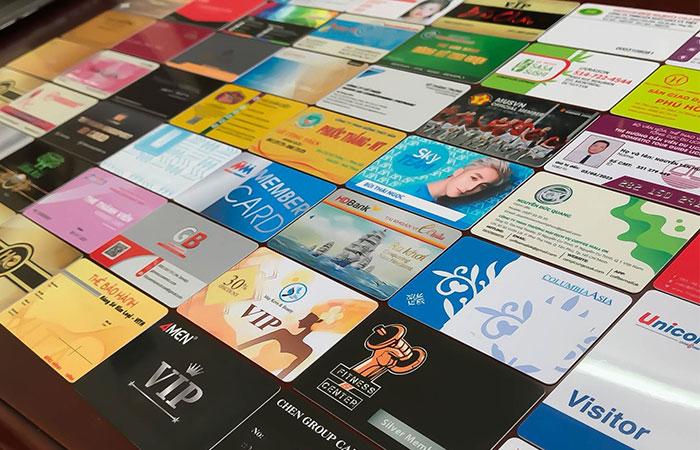 Thẻ nhựa hiện nay được sử dụng nhiều do có độ bền và độ thẩm mỹ cao